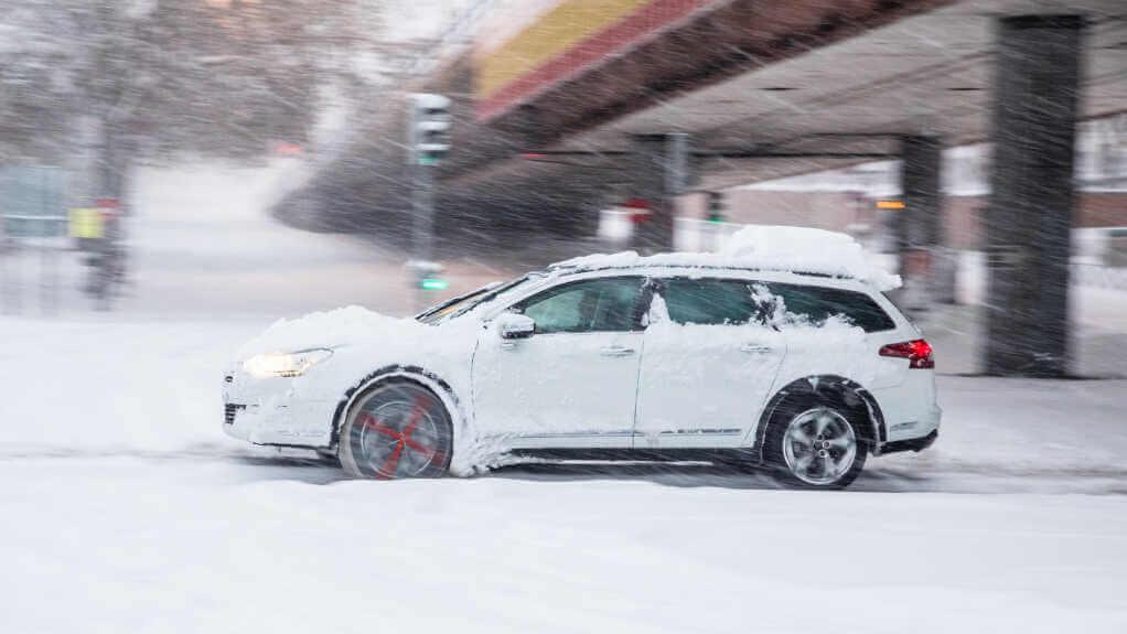 enlever les chaînes de ses pneus vacances hiver neige